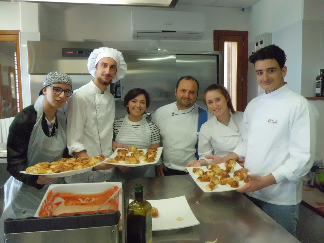 Mani in pasta! Gli studenti conoscono la cucina e il progetto Cambio Rotta